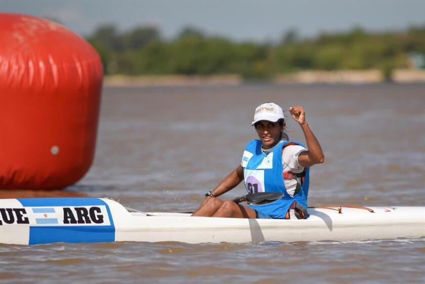 María Cecilia Collueque de Argentina celebra al ganarla prueba de canotaje 16.000 metros este viernes durante los cuartos Juegos Suramericanos de Playa, que se disputan en Rosario, provincia de Santa Fe (Argentina). EFE