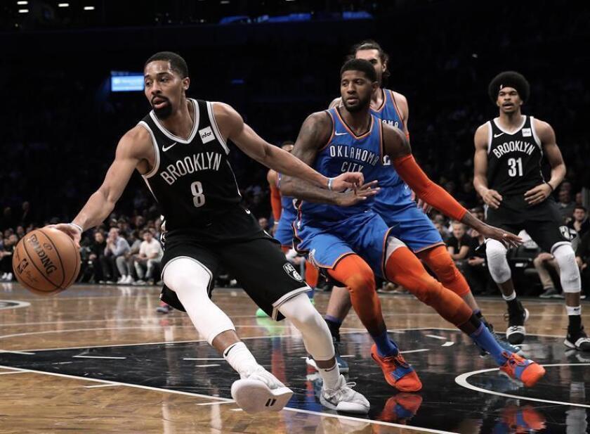 El jugador Paul George (c) de Oklahoma City Thunder intenta detener la jugada de Spencer Dinwiddie (i) de Brooklyn Nets hoy durante un juego de la NBA entre Oklahoma City Thunder y Brooklyn Nets en el Barclays Center en Brooklyn, Nueva York (Estados Unidos). EFE