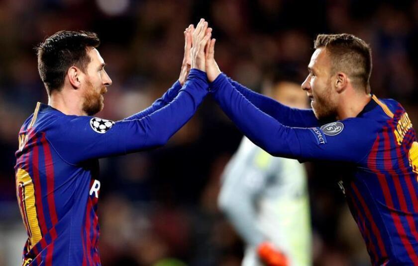 El delantero argentino del Barcelona Lionel Messi (i) celebra con su compañero Arthur Melo en el Camp Nou, en Barcelona. EFE/Archivo