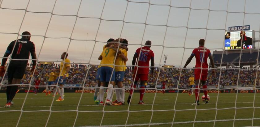 Los jugadores de Brasil celebran la anotación de un gol ante Haití hoy, miércoles 8 de junio de 2016, durante un partido entre Haití y Brasil por la Copa América Centenario 2016 en el estadio Camping World de Orlando (Estados Unidos).