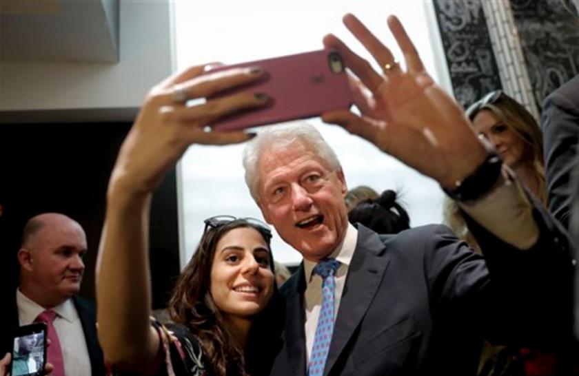 Bill Clinton se toma un selfie con una partidaria de su esposa Hillary Clinton, candidata a la presidencia de EEUU, durante una presentación en Los Angeles para promover la candidatura de su esposa a la presidencia. (AP Photo/Jae C. Hong, File)
