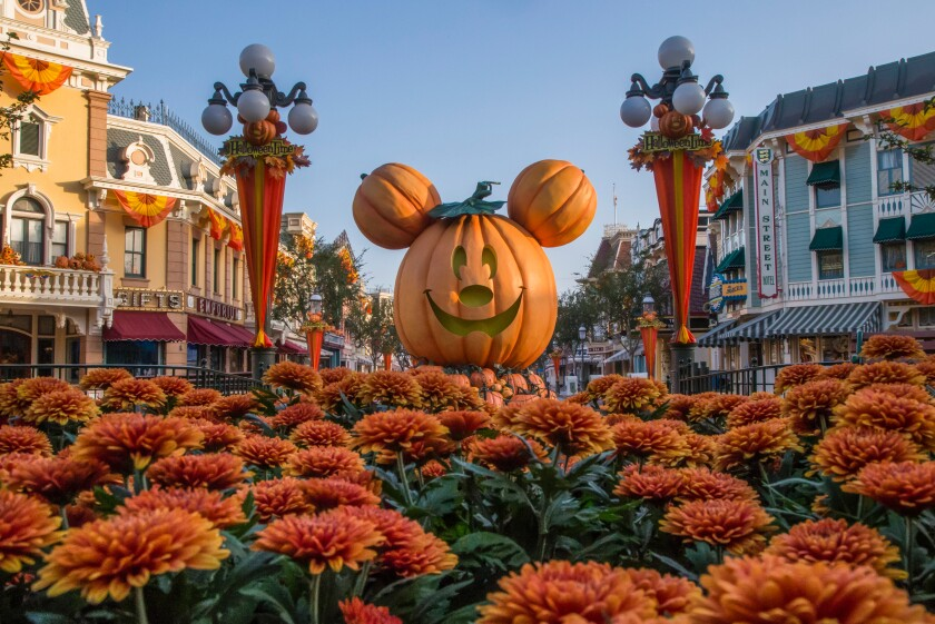 Disneylandia decorada para el festival Halloween Time.