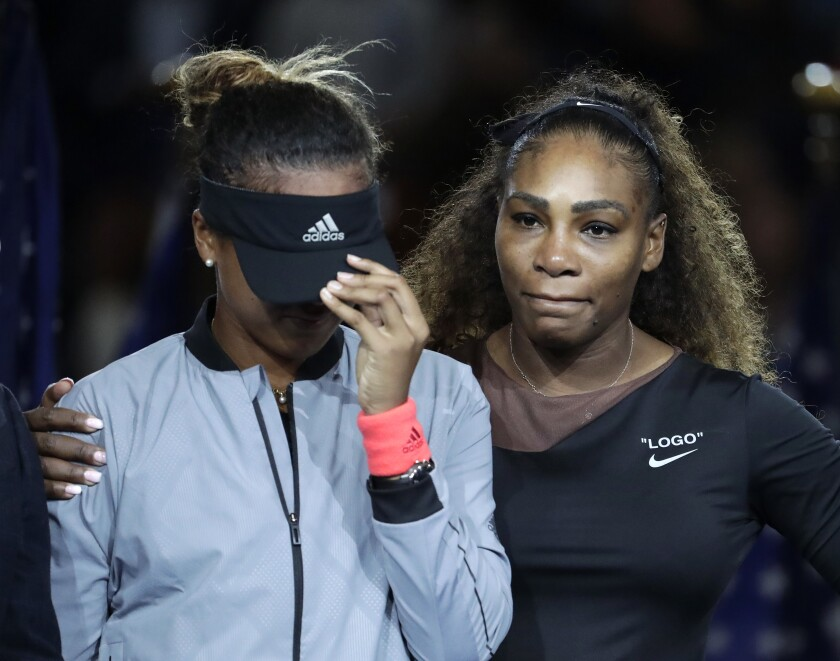 ARCHIVO - En esta foto del 8 de septiembre del 2019, Naomi Osaka, izquierda, es abrazada por Serena Williams luego que que Osaka venció a Williams en la final de mujeres en el US Open en Nueva York. (AP Foto/Julio Cortez) ** Usable by HOY, ELSENT and SD Only **
