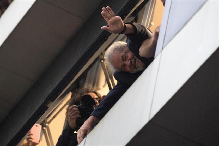 El expresidente brasileño Luiz Inácio Lula da Silva saluda a los militantes del Partido de los Trabajadores (PT). EFE/Archivo
