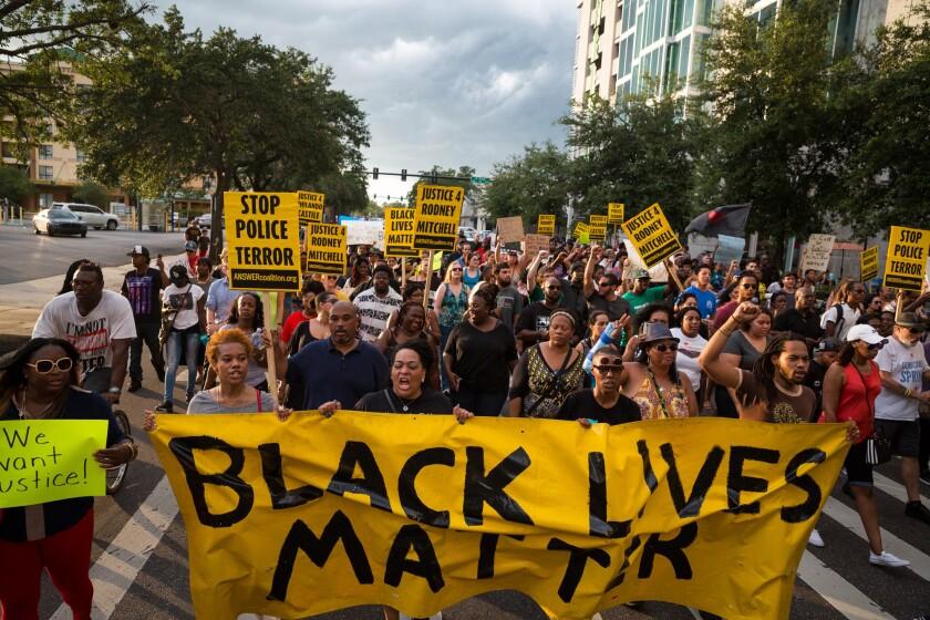 umerosas personas del movimiento Black Lives Matter (Las vidas de los negros importan) protestan en el centro de Tampa el lunes 11 de julio de 2015 por las muertes de Alton Sterling y Philando Castile a manos de la policía, en incidentes ocurridos la semana anterior. (Loren Elliott/Tampa Bay Times vía AP)