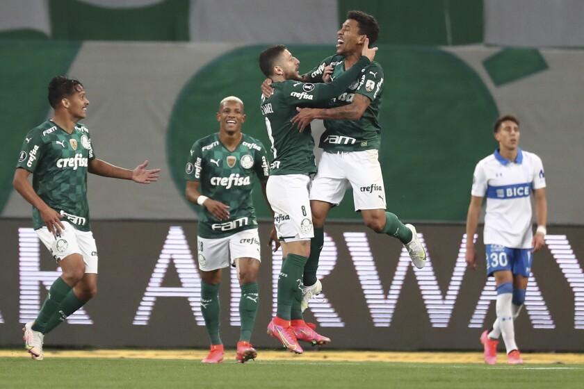 Marcos Rocha, de Palmeiras, salta para festejar su gol ante Universidad Católica, en un partido de la Copa Libertadores realizado el miércoles 21 de julio de 2021, en Sao Paulo (Sebastiao Moreira/Pool via AP)