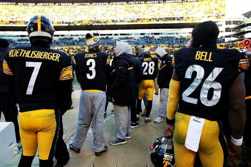Pittsburgh Steelers quarterback Ben Roethlisberger and running back Le'Veon Bell stand on the sideline together in the final seconds of the game against the Jacksonville Jaguars in the second half of the NFL American Football game at Heinz Field in Pittsburgh, Pennsylvania, USA. EFE