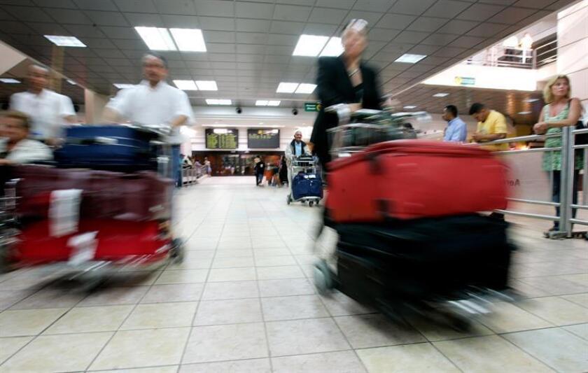 De acuerdo a las estimaciones de la Junta de Aviación Civil, la cantidad de pasajeros transportados por los aeropuertos del país sobrepasará los 14,5 millones en diciembre de 2018, 700.000 pasajeros más que el año anterior. EFE/Archivo