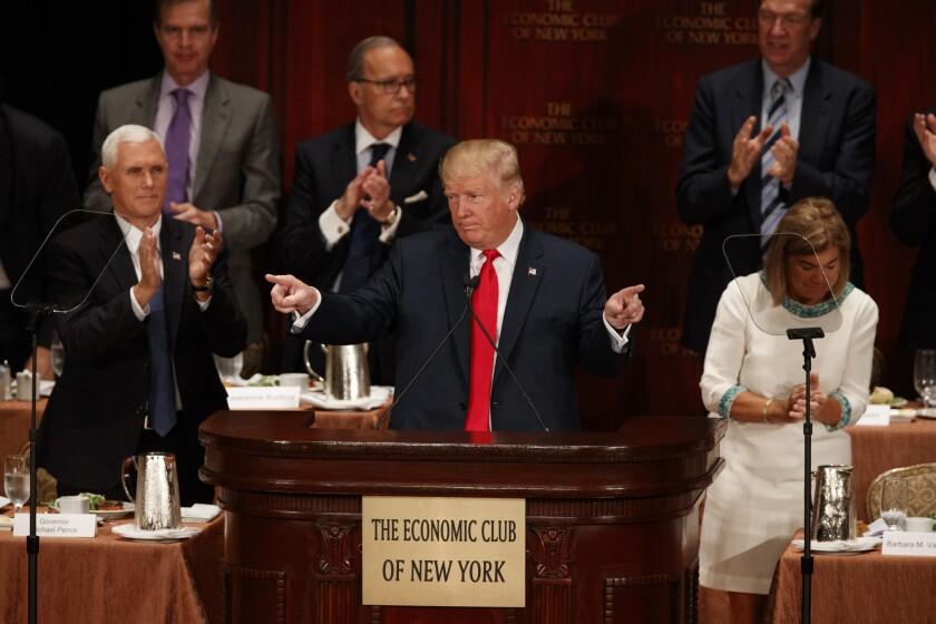 El candidato presidencial republicano Donald Trump habla ante el Club Económico de Nueva York, en Nueva York. (AP Foto/Evan Vucci)