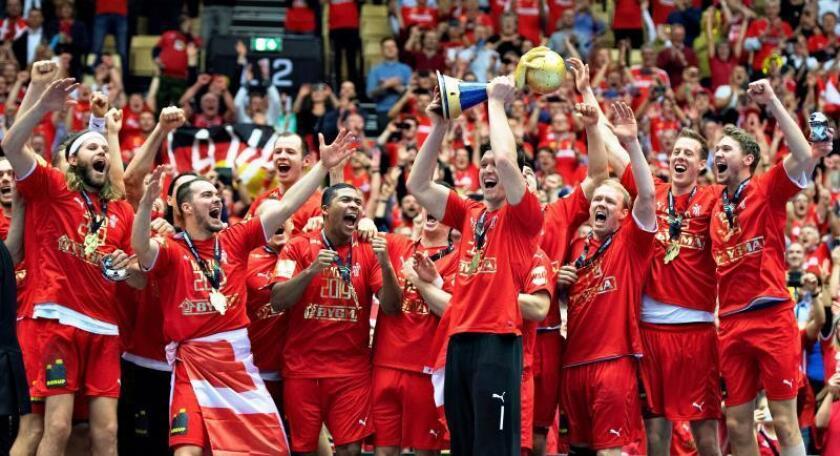 Los jugadores daneses celebran el título mundial tras ganar la final a Nouega en Herning, Dinamarca.EFE/EPA