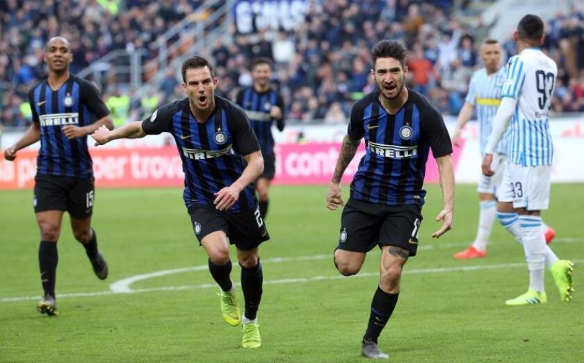 El jugador del Inter Matteo Politano (c-d) celebra el gol que le hizo al S.P.A.L. en el Giuseppe Meazza de Milan, Italia. EFE/EPA