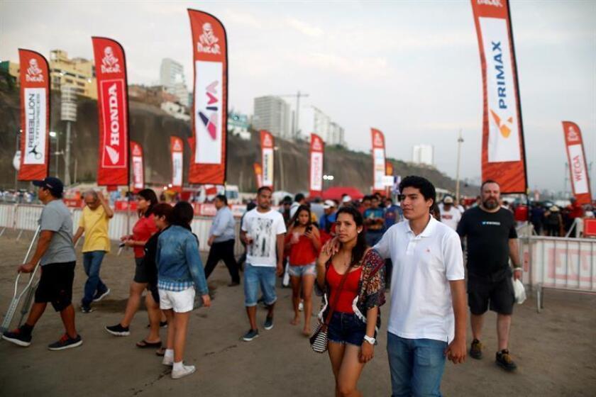 """Cientos de personas asisten a la apertura de la """"Feria Dakar"""" hoy en Lima (Perú). EFE"""