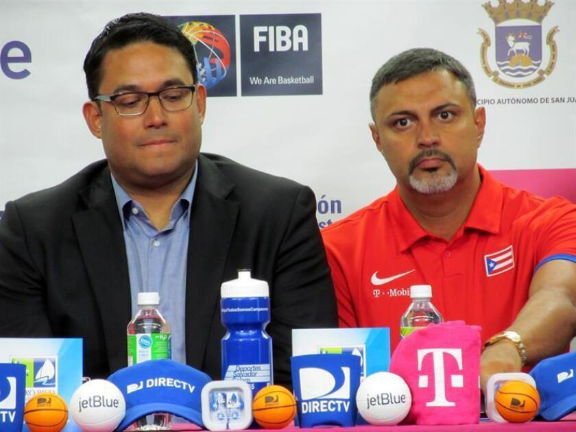En la imagen, el presidente de la Federación de Baloncesto de Puerto Rico, Yum Ramos (i). EFE/Archivo