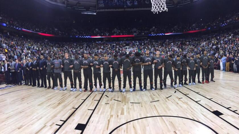 Los jugadores y entrenadores de los Raptors se unieron durante los himnos de Canadá y Estados Unidos.