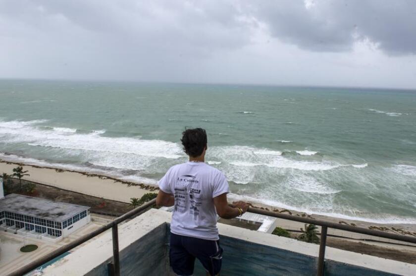 Un residente de Miami Beach, mira las fuertes olas del mar a la espera del huracán Irma en Miami, Florida (Estados Unidos). EFE/Giorgio Viera/Archivo