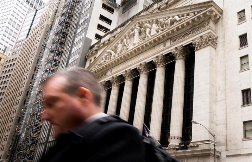 El exterior del edificio de la Bolsa de Nueva York, en Nueva York (Estados Unidos) hoy, 6 de febrero de 2018. La bolsa de Nueva York afronta el día después de su mayor caída en puntos de la historia, 1.175 unidades, que ha hecho retroceder al Dow Jones hasta el entorno de los 24.400 puntos y ha contagiado al resto de los mercados mundiales. EFE