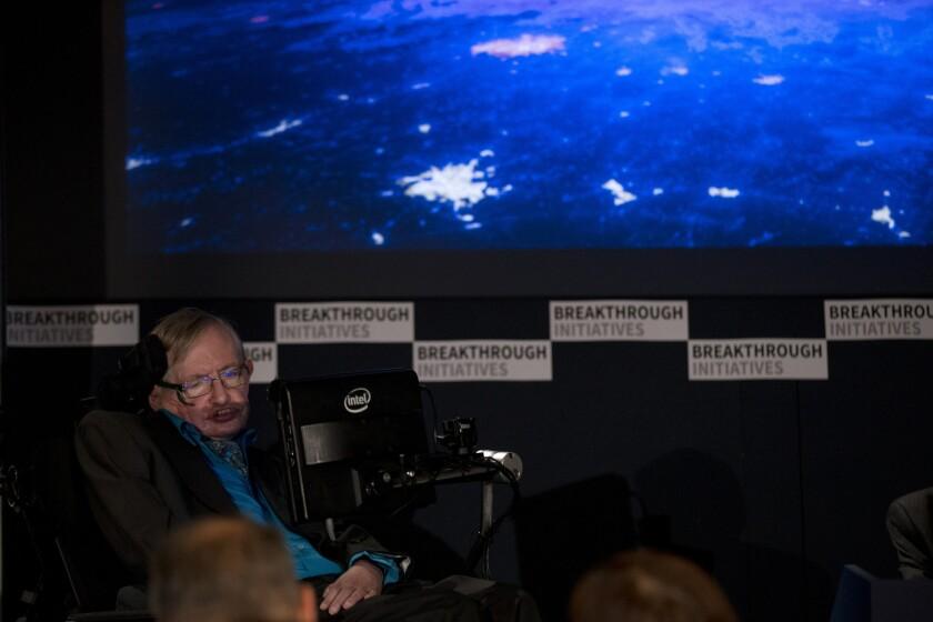 El físico Stephen Hawking durante una conferencia de prensa en Londres el 20 de julio del 2015. Hawking se ha aliado con un multimillonario ruso para lanzar un nuevo esfuerzo por detectar vida extraterrestre.
