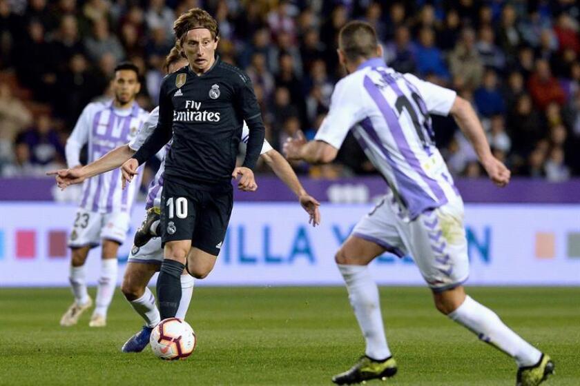 El centrocampista del Real Madrid Luka Modric (i), juega un balón ante Antoñito, del Real Valladolid, durante el partido de Liga en Primera División disputado en el estadio José Zorrilla. EFE