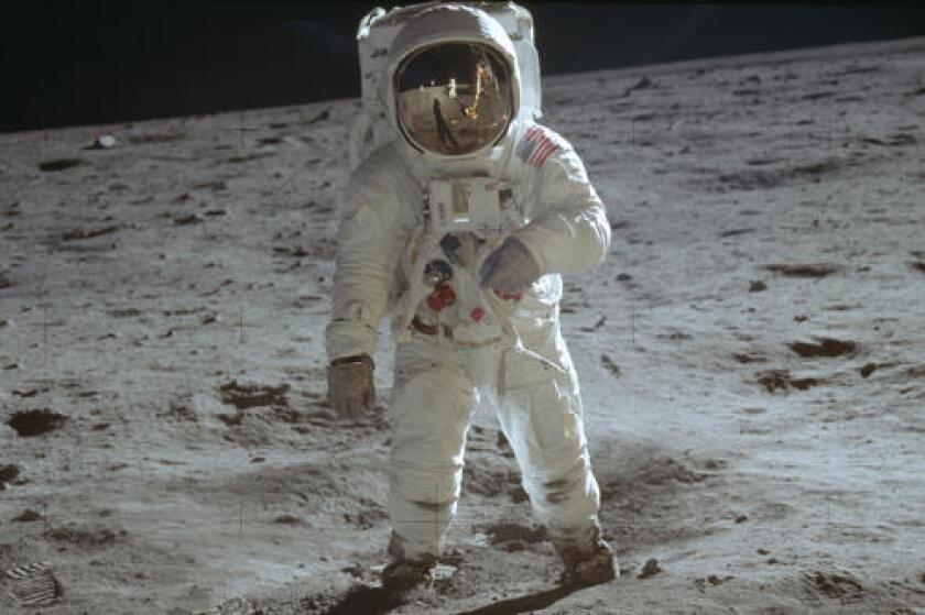 En esta fotografía del 20 de julio de 1969, publicada por la NASA, el astronauta Buzz Aldrin, camina sobre la superficie de la Luna durante la fase de exploración de la misión Apolo 11. (Neil Armstrong/NASA vía AP)