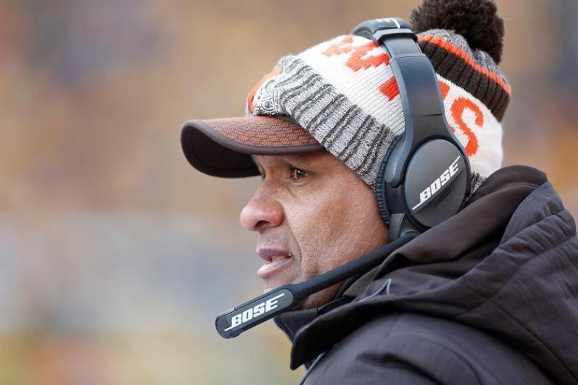 El exentrenador jefe de los Browns de Cleveland, Hue Jackson. EFE/Archivo