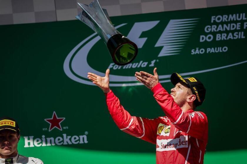 El piloto alemán Sebastian Vettel, de la escudería Ferrari, celebra su victoria hoy, domingo 12 de noviembre de 2017, tras el Gran Premio de Brasil de Fórmula Uno, en el autódromo de Interlagos, en la ciudad de Sao Paulo (Brasil). EFE