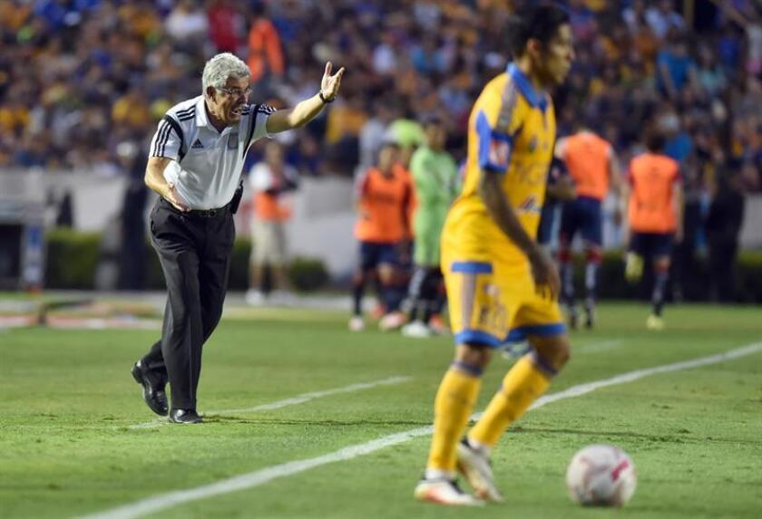 Ricardo Ferretti (i) entrenador de Tigres gesticula durante un juego celebrado en el estadio Universitario de la ciudad de Monterrey (México). EFE/Archivo
