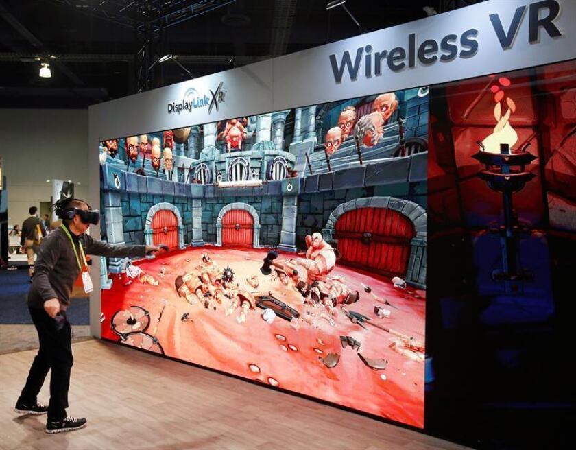 Un hombre usa un juego inalámbrico de vr en el stand de Display Link, en el segundo día en el 2019 International Consumer Electronics Show en Las Vegas, Nevada, EE. UU., hoy, 9 de enero de 2019. EFE