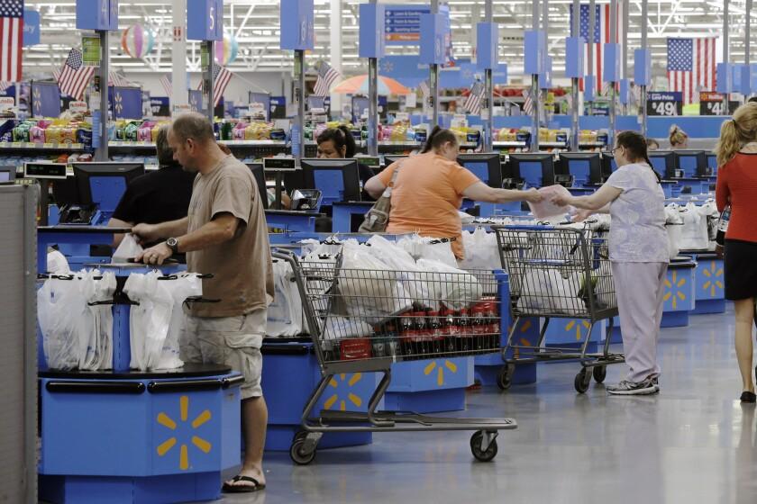 Gente comprando en un Wal-Mart en Springdale, Arkansas.