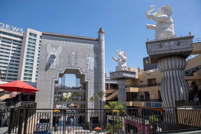 Des colonnes surmontées d'éléphants et une arche avec des images babyloniennes dans les boutiques d'Hollywood et des Highlands en août 2020