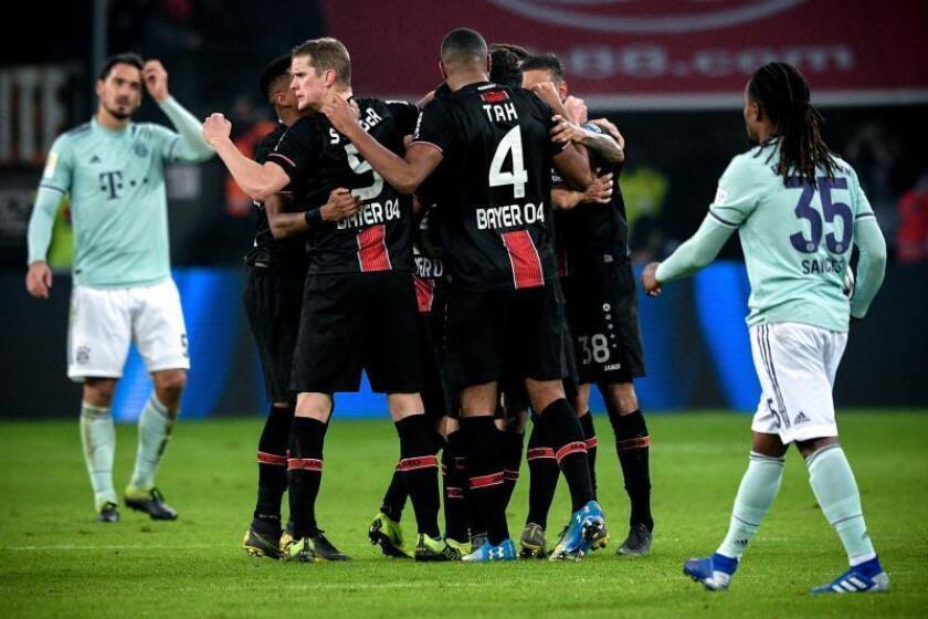 Los jugadores del Leverkusen celebran el 3-1 mientras los del Bayern se lamentan en el duelo que se ha jugado en Leverkusen, Alemania. EFE/EPA