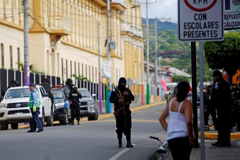 Un grupo de policías antidisturbios permanece en una calle que da entrada al barrio indígena Monimbó en Masaya (Nicaragua). EFE/Archivo