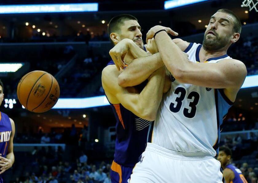 El ucraniano Alex Len (i) de Phoenix Suns disputa un balón con el español Marc Gasol (d) de Memphis Grizzlies hoy, miércoles 8 de febrero de 2017, en un juego de la NBA en FedExForum en Memphis (EE.UU.). EFE