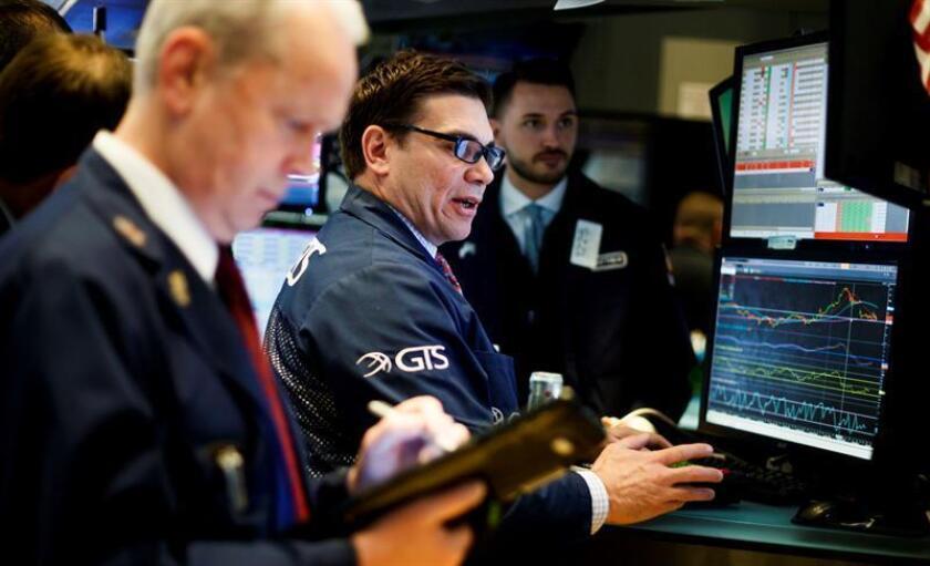 Agentes de bolsa trabajan en el piso durante la apertura de la jornada de la Bolsa de Nueva York (Estados Unidos). EFE/Archivo