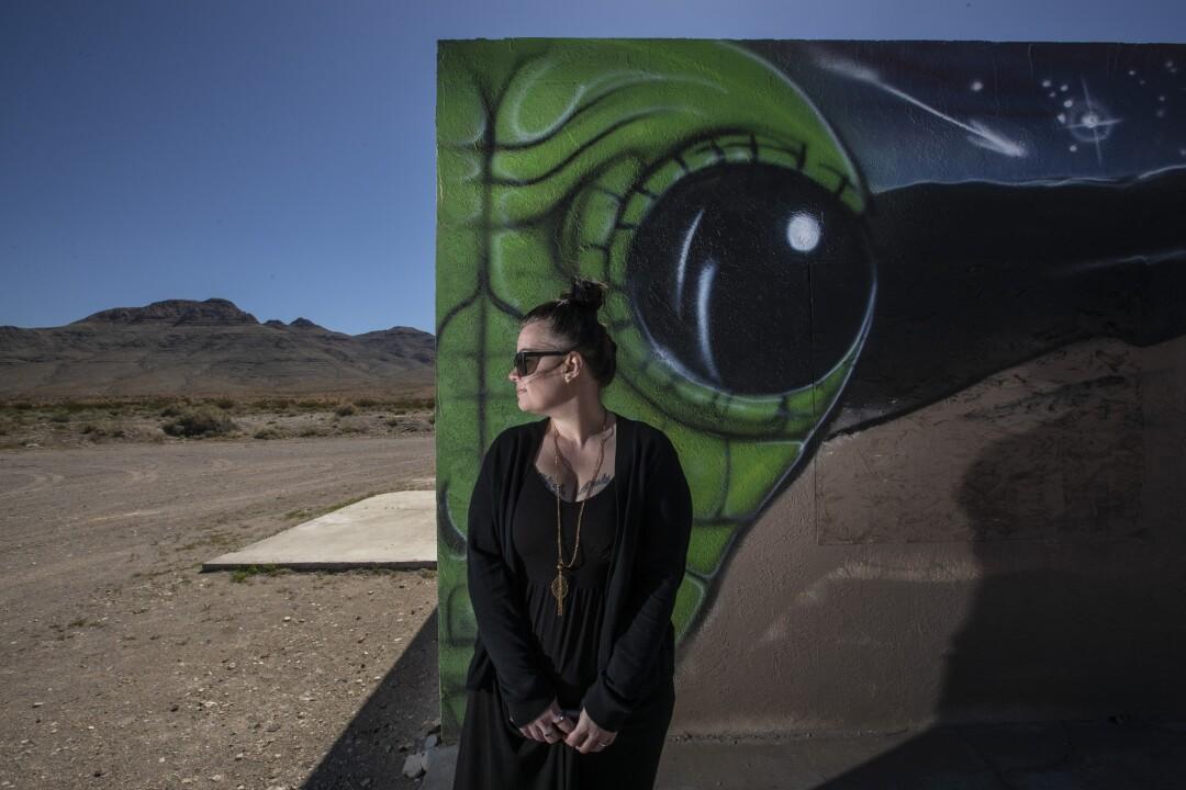 Jennifer Aiello est le greffier à et fraîcheur saccadé le long de Hwy. 93 à Hiko, Nevada.