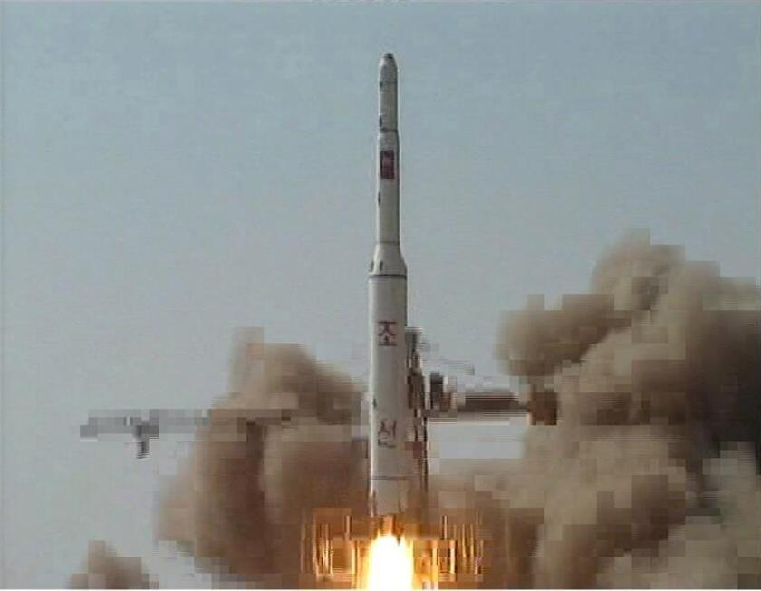"""Fotografía cedida el 8 de abril de 2009, por la Agencia Central de Noticias de Corea del Norte (KCNA) que muestra el lanzamiento del cohete """"Unha-2"""" que fue lanzado este 5 de abril de 2009, y que el gobierno de Pyongyang afirma que fue un satélite experimental de comunicaciones denominado """"Kwangmyongsong-2"""" y que se encuentra en orbita. EFE/Archivo"""