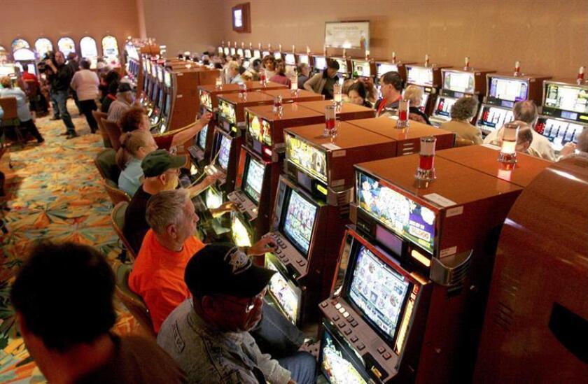 Varias personas juegan en las máquinas tragamonedas. EFE/Archivo