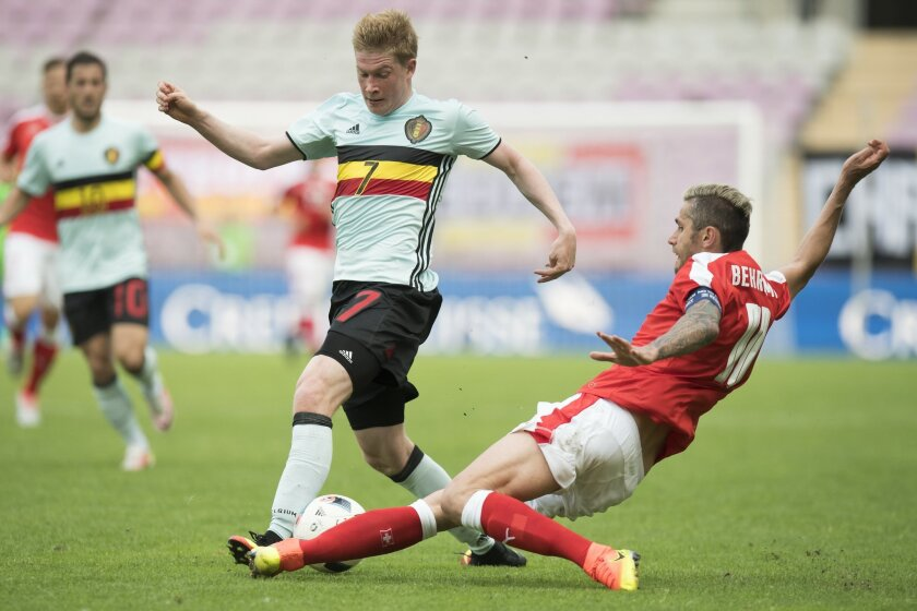 Belgian Kevin De Bruyne, left, challenges for the ball with Swiss midfielder Valon Behrami, right, during a friendly soccer match between Switzerland and Belgium, at the stade de Geneve stadium, in Geneva, Switzerland, Saturday, May 28, 2016. (Jean-Christophe Bott/Keystone via AP)