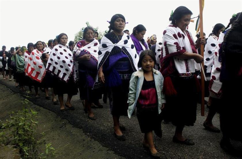 Indígenas tsotsiles, activistas de distintos movimientos sociales de México y representantes de agrupaciones solidarias de otros países participan en una ceremonia en Acteal, estado mexicano de Chiapas, durante la conmemoración del 12 aniversario de la masacre de Acteal. EFE/Archivo
