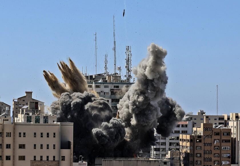 Un proyectil alcanza el edificio que alberga las oficinas de varios medios internacionales, incluyendo The Associated Press