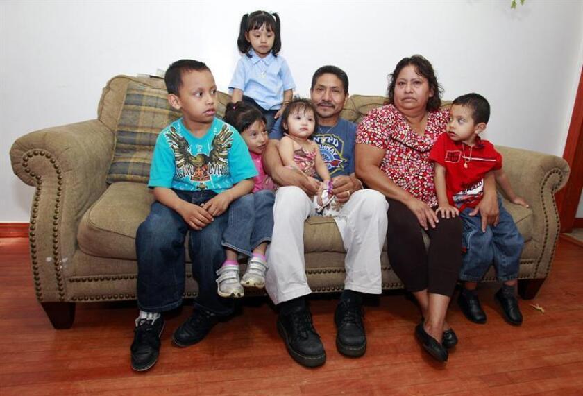 Fotografía de archivo de una familia mexicana en su casa en Cícero, Illinois. EFE/Archivo