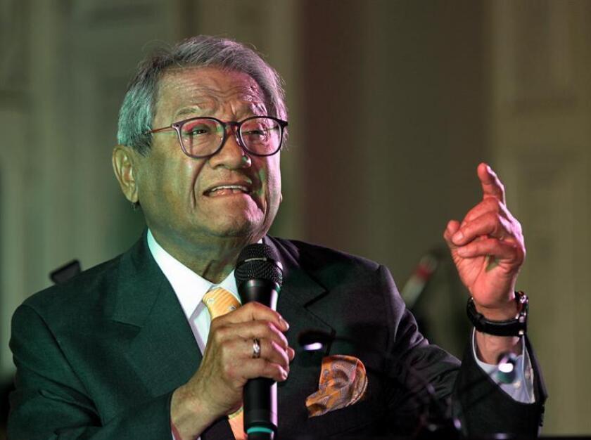 El compositor y cantante mexicano Armando Manzanero dijo hoy que está preparando su concierto de febrero en Chichén Itzá, en el suroriental estado de Yucatán, mientras que la cancelación de su actuación en Cuba se debió a problemas de la organización. EFE/ARCHIVO