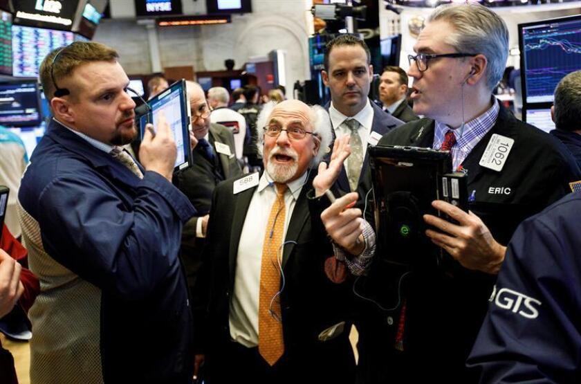 Agentes de Bolsa realizan su trabajo este viernes en el parqué de Nueva York, Estados Unidos. EFE
