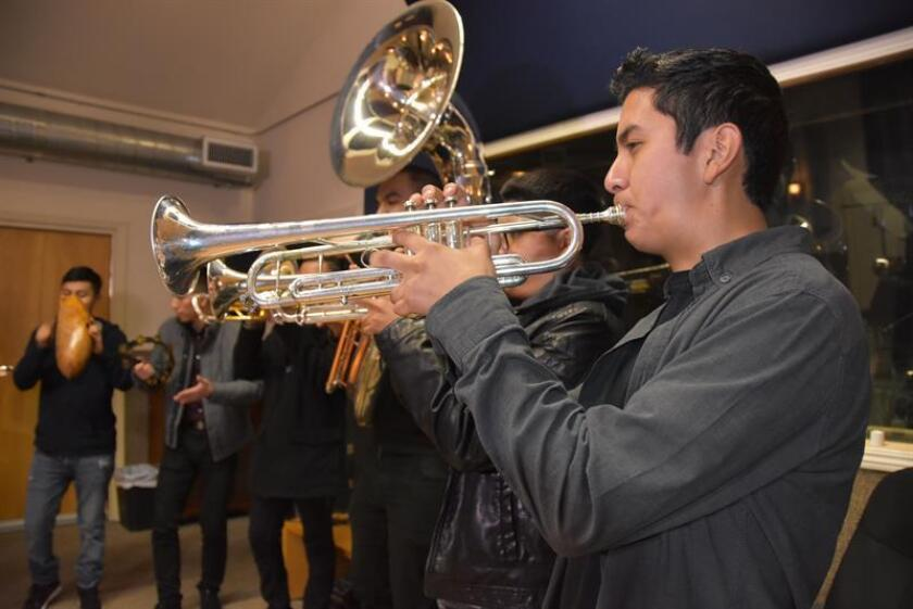"""Billy Flores (d), trompetista de Banda la Maravillosa, junto a sus colegas en """"Skip Sailor Studios"""" de Northridge, California. EFE"""