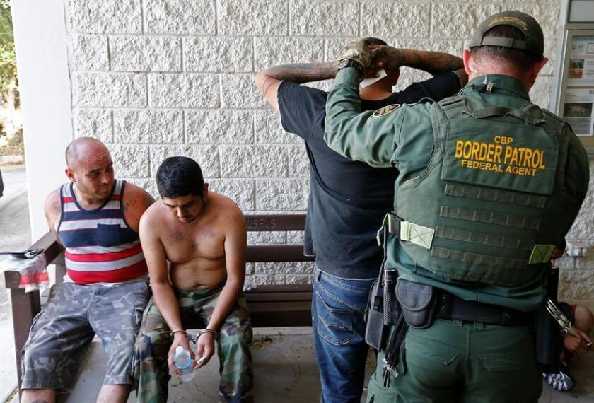Agentes de la Patrulla Fronteriza de Estados Unidos (USBP) detienen a varios hombres sospechosos de haber cruzado el Río Grande para pasar ilegalmente la frontera con los Estados Unidos cerca de McAllen en Texas (Estados Unidos). EFE/Archivo