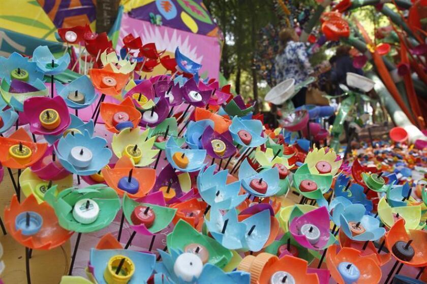 """Vista de la obra """"Plastic Forest"""" del artista danés Thomas Dambo hoy, viernes 20 de abril de 2018, ubicada en el jardín botánico del bosque de Chapultepec en Ciudad de México (México). EFE"""