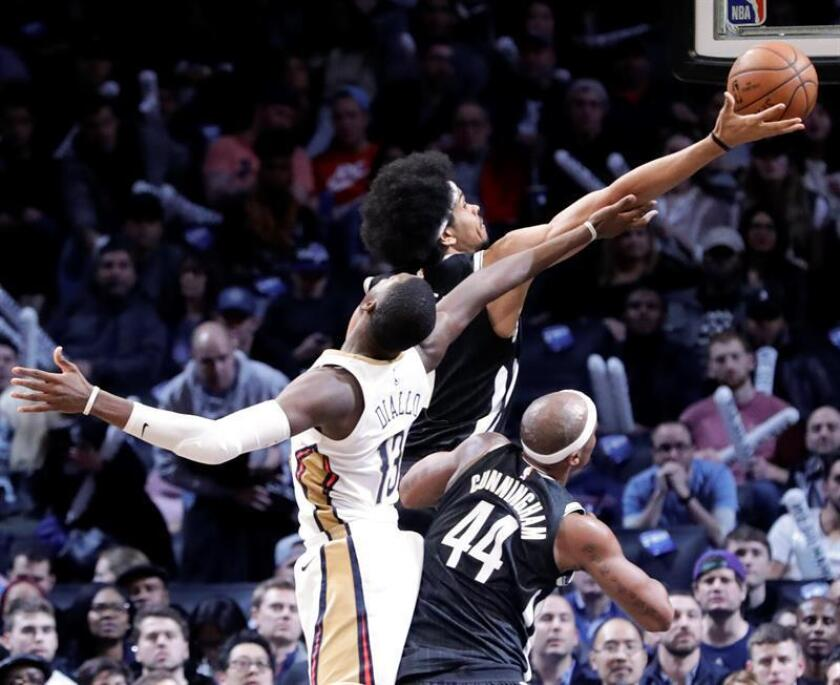 Brooklyn Nets center Jarrett Allen (C) grabs a rebound from New Orleans Pelicans forward Cheick Diallo (L) in the second half of the NBA basketball game between the New Orleans Pelicans and the Brooklyn Nets at Barclays Center in Brooklyn, New York, USA, 10 February 2018. EFE