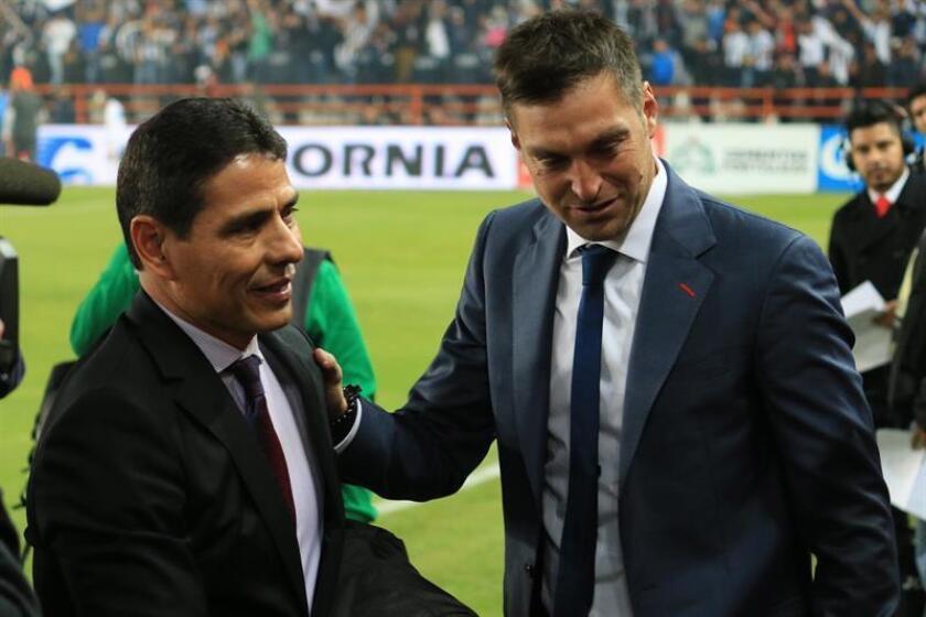 El uruguayo Diego Alonso, técnico del Pachuca, (d) y el ecuatoriano Walter Ayoví, volante del Monterrey, fueron suspendidos un partido por la Comisión Disciplinaria de la Liga MX del fútbol mexicano tras la tercera jornada del torneo. EFE/ARCHIVO