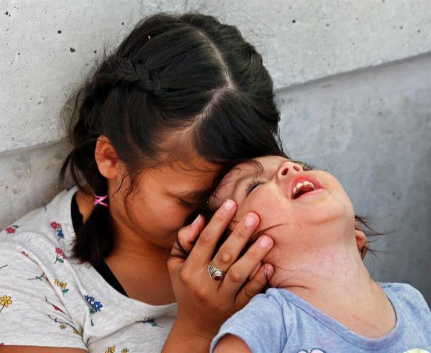 Vista de una mujer y su hija jugando. EFE/Archivo