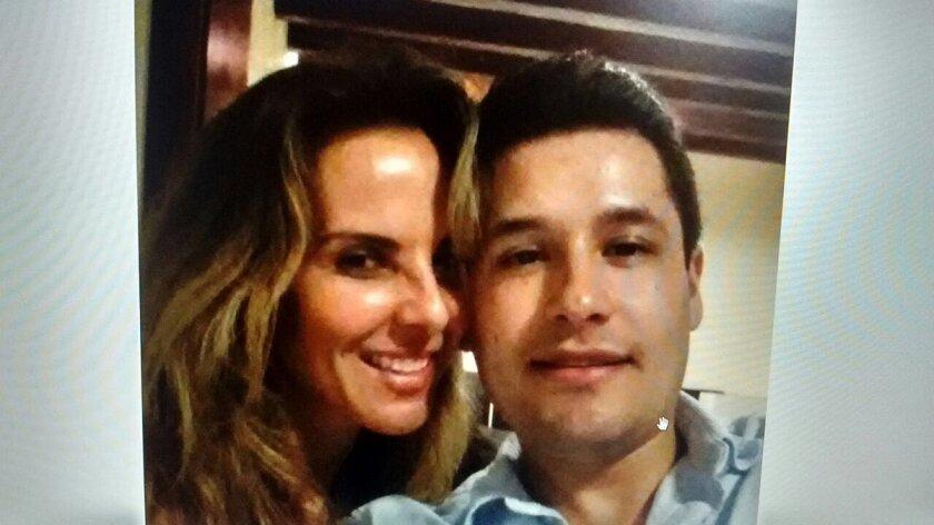 Se divulga en México esta imagen en la que aparece Kate del Castillo con el hijo del Chapo, supuestamente fue encontrada en uno de los teléfonos dejados en uno de los autos de los plagiarios.