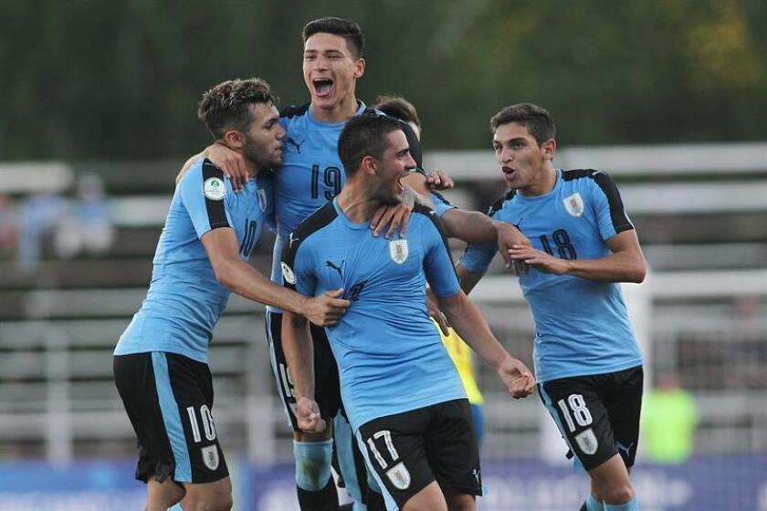 El uruguayo Agustín Dávila celebra un gol el domingo pasado durante un partido del Campeonato Sudamericano Sub-20 del grupo B entre las selecciones de Uruguay y Ecuador, en el estadio La Granja, en Curico (Chile). EFE